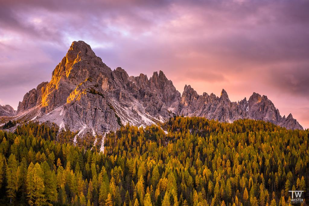 Ein beeindruckender Sonnenaufgang, mitten in den Dolomiten (B1118)