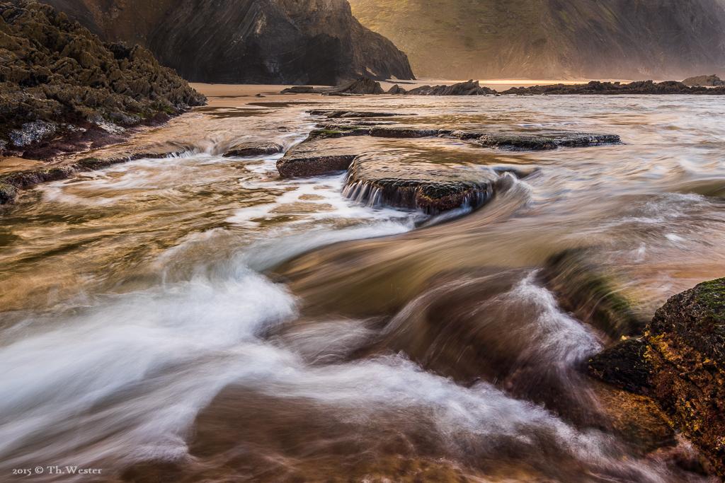 Dieses letzte Bild zeigt einen Strandabschnitt, den man nur bei starker Ebbe für eine knappe halbe Stunde erreicht, bevor der Wasserstand zu hoch wird. Der Strand verwandelt sich dann in eine Landschaft voller kleiner Wasserfälle und Bäche (B364)