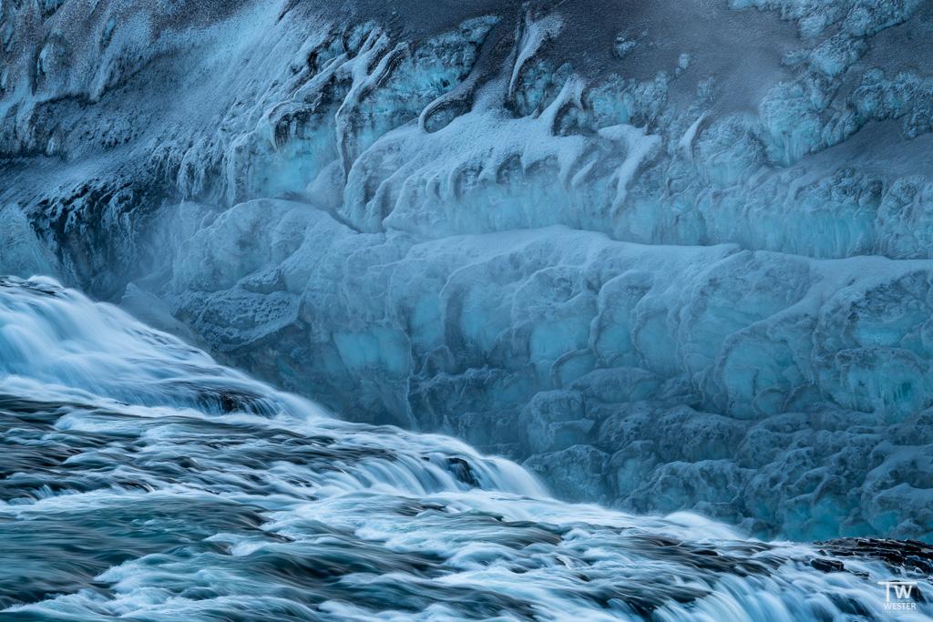 Die vereisten Strukturen an den Wasserfällen haben mich fasziniert (B1633)