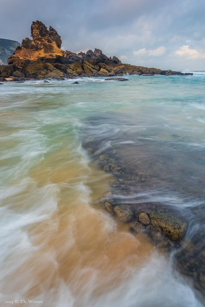 An manchen Stellen vermischen sich die schönen Wasserfarben mit den Farben des Sandes (B366a)