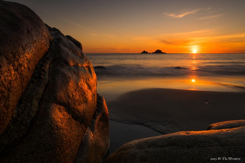Bei Sonnenuntergang versuchte ich, die besondere Oberflächenbeschaffenheit dieses Felsens in Szene zu setzen (B490)