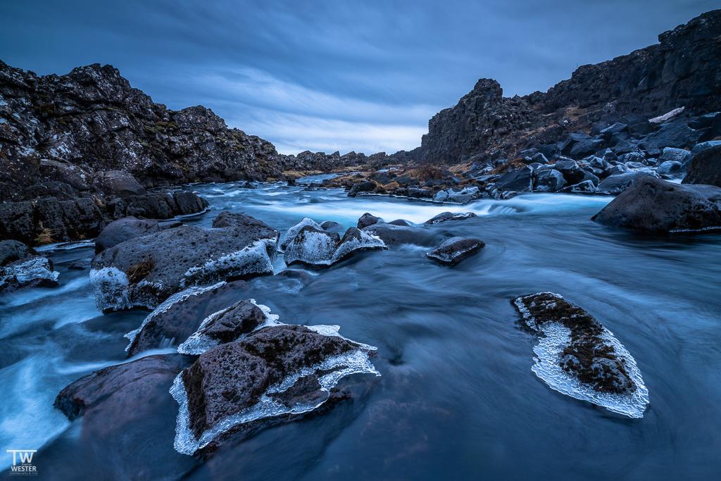 Im geologisch bedeutenden Graben des Thingvellir Nationalpark waren viele Steine mit einem Eiskranz überzogen (B1640)