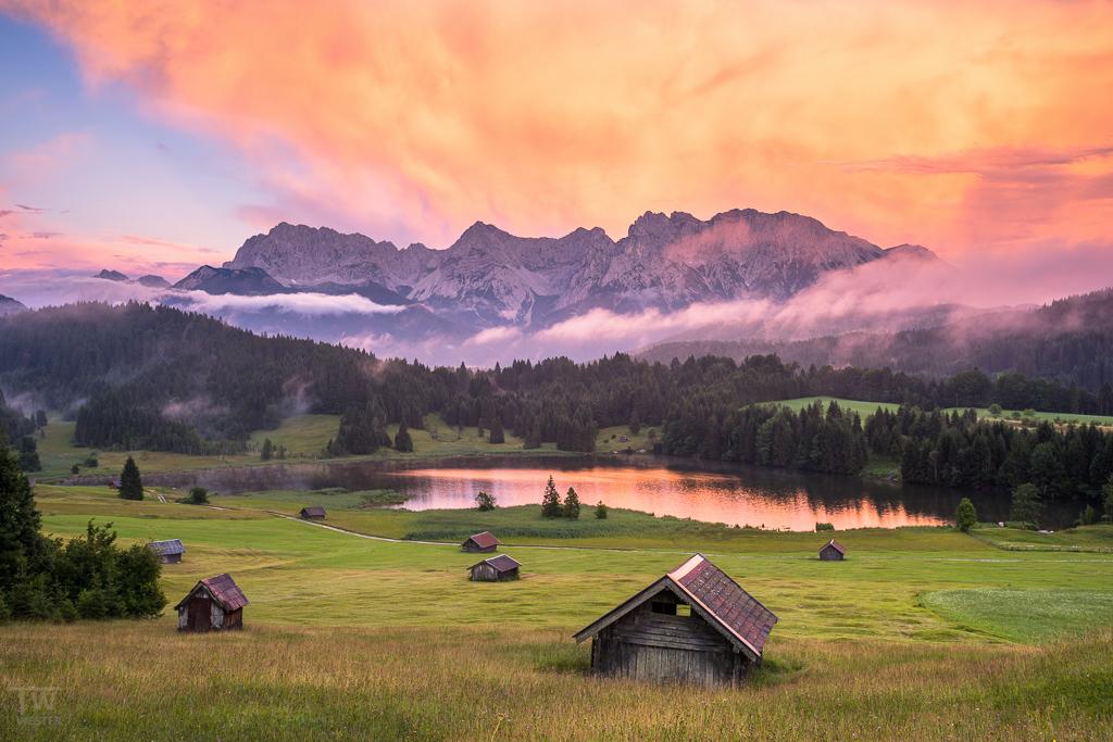 Nein, ganz ohne Photoshop... das sind hellweiße Quellwolken, die an drei Abenden hintereinander entstanden und in den Himmel schossen – sie färben sich sehr extrem kurz vor Sonnenuntergang (B1034)