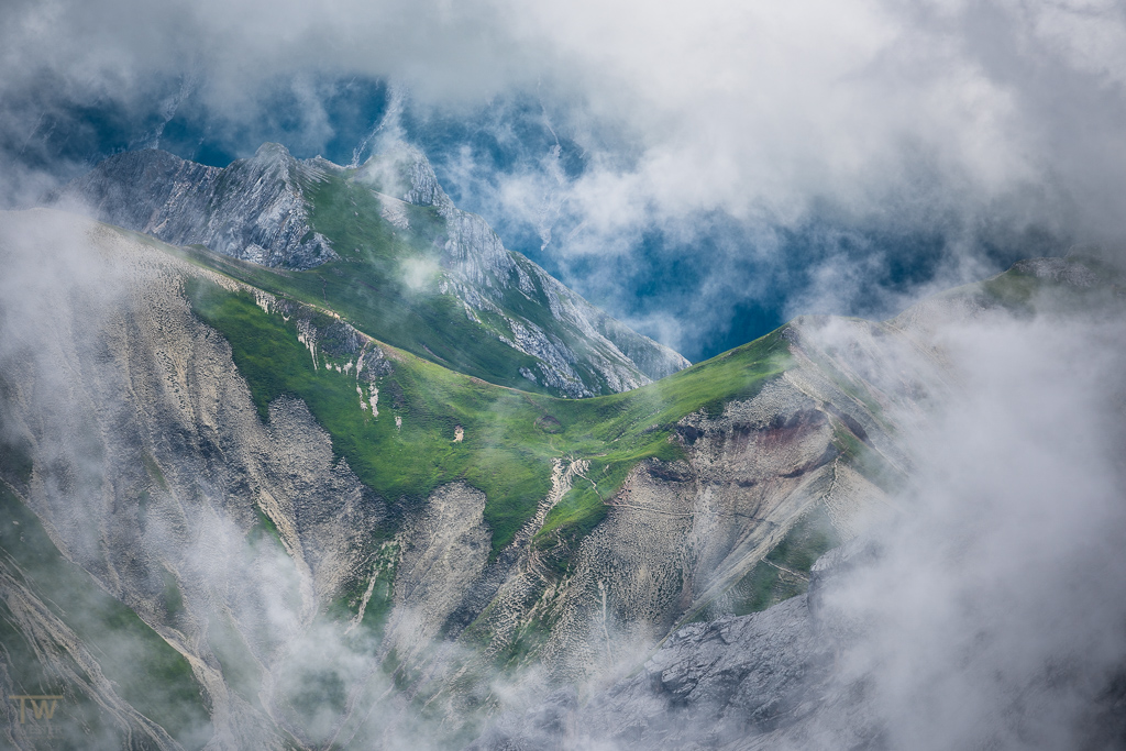 Zwischen den Wolken (B1039)