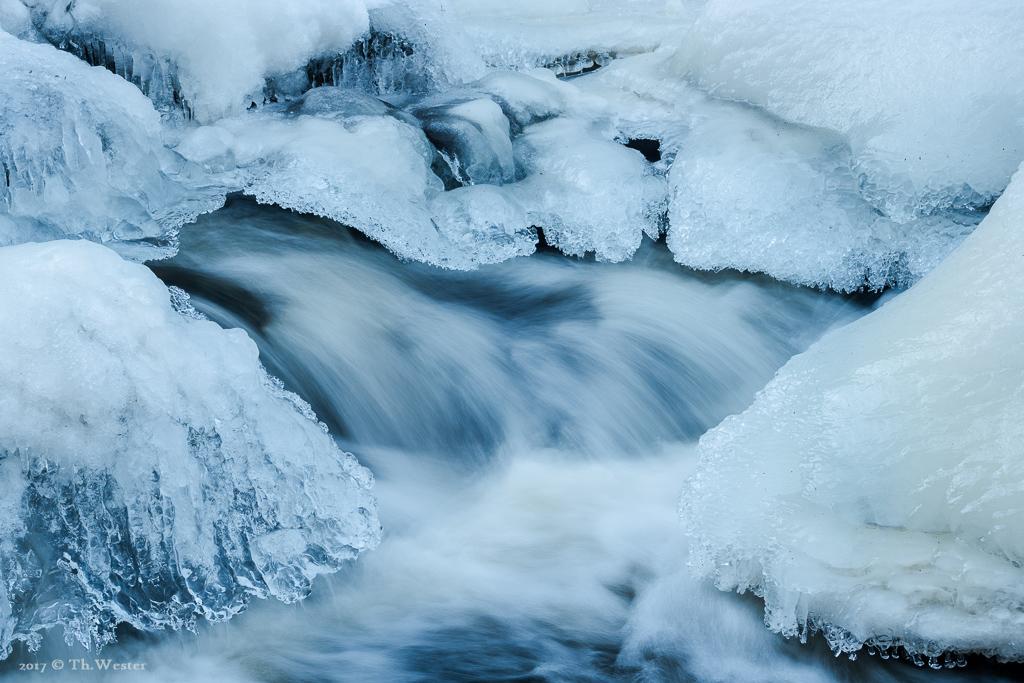 """Am angedeuteten Samstag """"schwebte"""" schließlich das Eis über dem Fluss (B895)"""