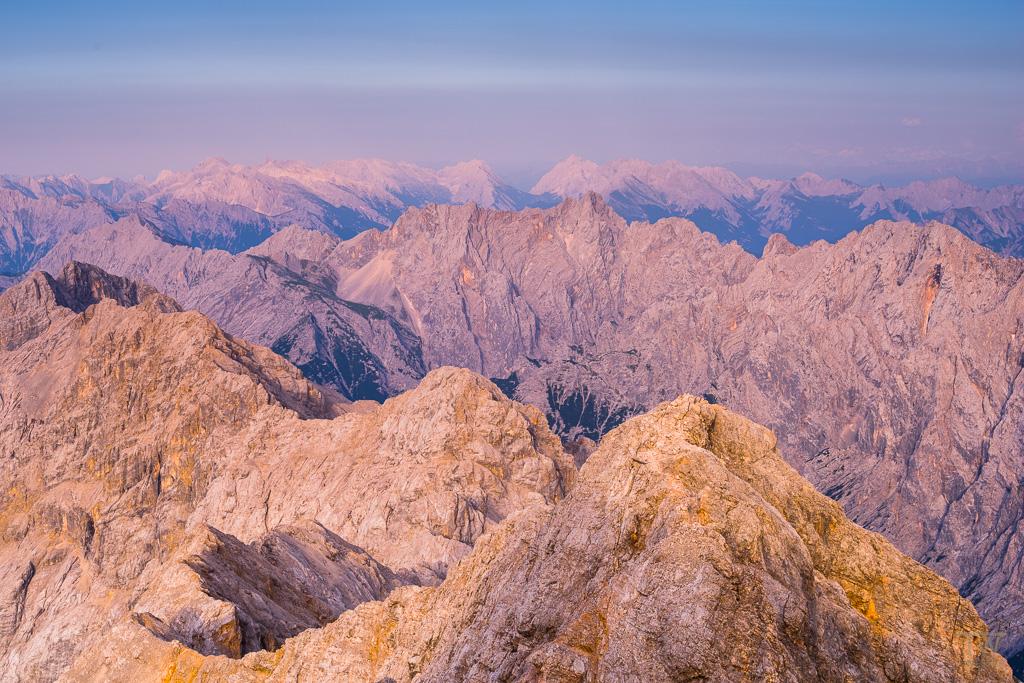 Das helle Gestein des Hochgebirges nimmt nach Sonnenuntergang für ein paar Minuten sehr intensiv die Lichtstimmung der Umgebung auf (B1066)
