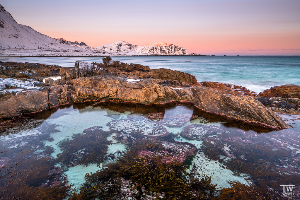 Die Farbvielfalt an der Küste ist immens und selbst bei wolkenlosem Himmel hielten sich die Pastelltöne am Himmel sehr lange (B1289)