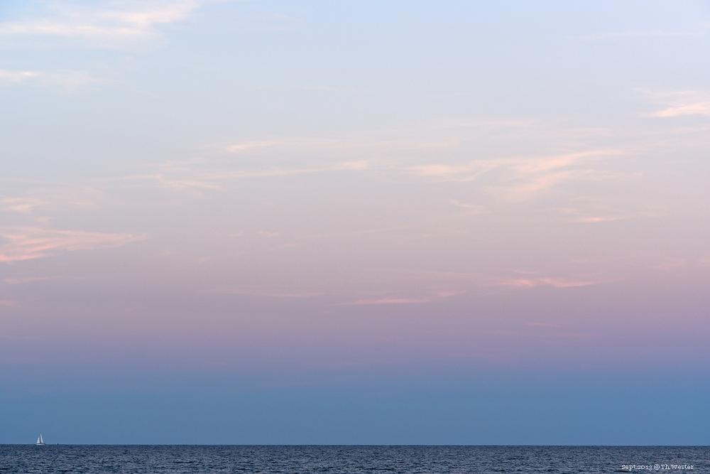Kurz nach Sonnenuntergang färbte sich der Himmel fast jeden Abend derart über der Ostseite der Insel (B69)