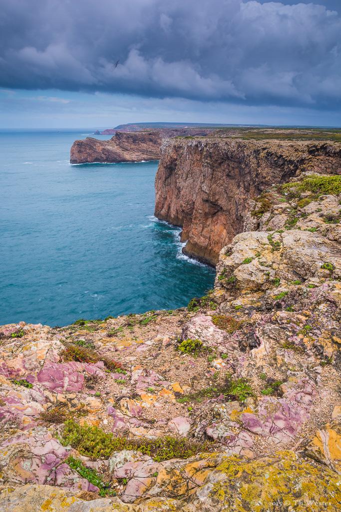An diesem Tag waren die Steine vom Regen der vorherigen Nacht nass und zeigten ihre Farbvielfalt: insbesondere die rot/lila-Töne des Gesteins sind an einigen Stellen der Algarve sehr ausgeprägt (B397)