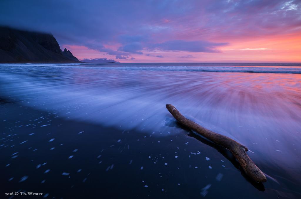Dazwischen, während des Sonnenaufgangs, zeigten sich wahnsinnige Farben und ein großer Stamm Treibgut (B706)