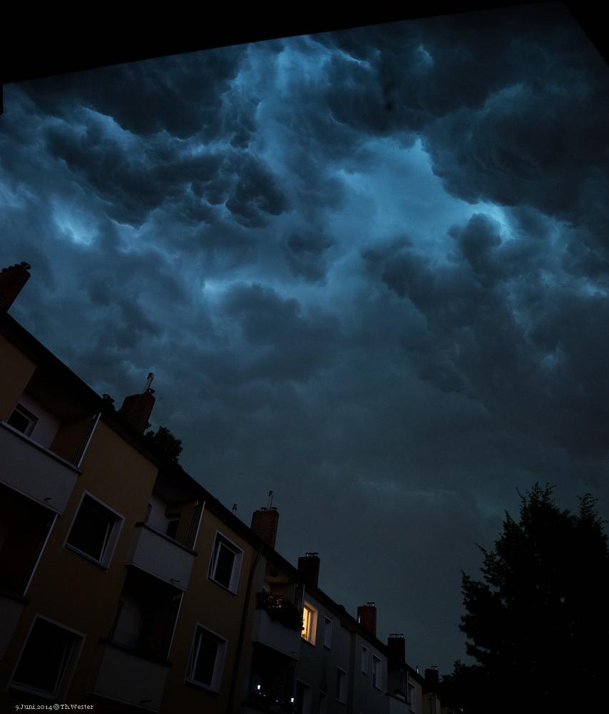Hier zunächst ein Eindruck des diesjährigen Pfingst-Unwetters: aufgenommen freihand aus unserem Küchenfenster in Köln. Dieses Unwetter richtete, unter anderem in NRW, sehr viel Schaden an (B191)