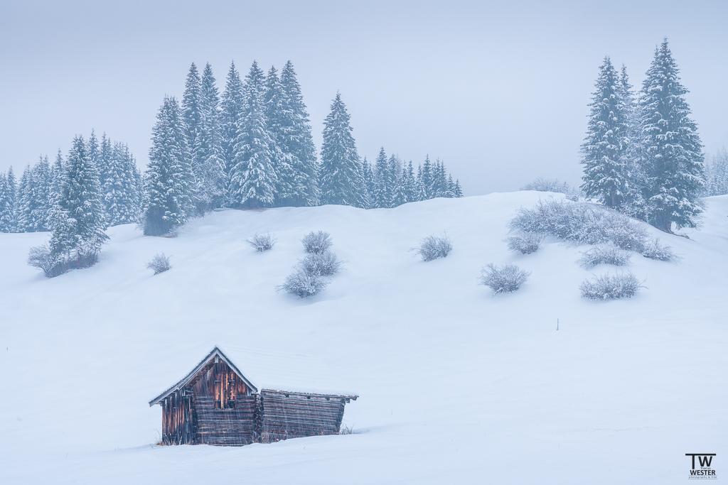 Eigentlich meide ich Bildelemente, die nicht aus der Natur stammen, aber diese kleinen Heuhütten in Bayern haben es mir einfach angetan. Hier während des Schneefalls (B1531)