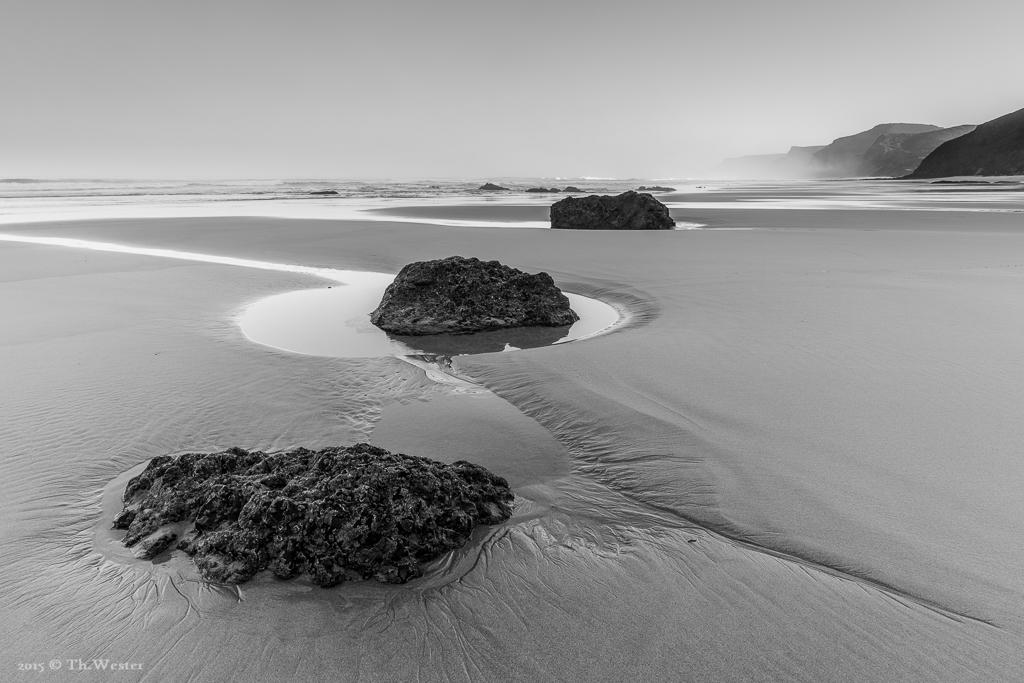 Es geht los mit einem Bild, aufgenommen im letzten Jahr, an einem scheinbar endlosen Strand der rauen Westalgarve: eine wirklich tolle Gegend (B592)