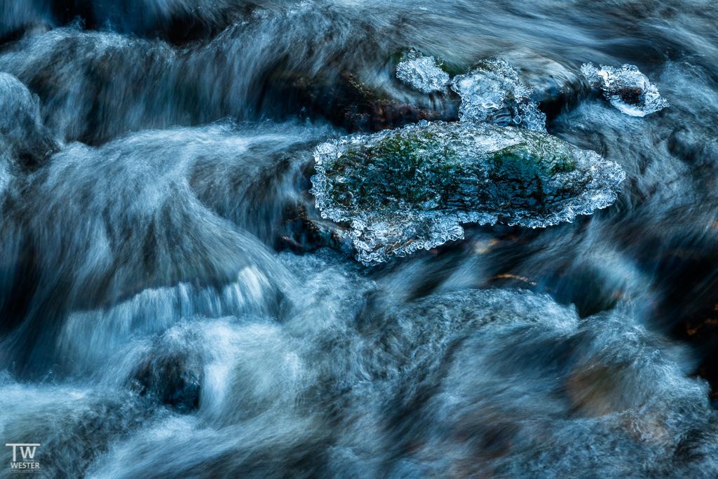 Eis überzieht die Steine im Fluss (B1246)