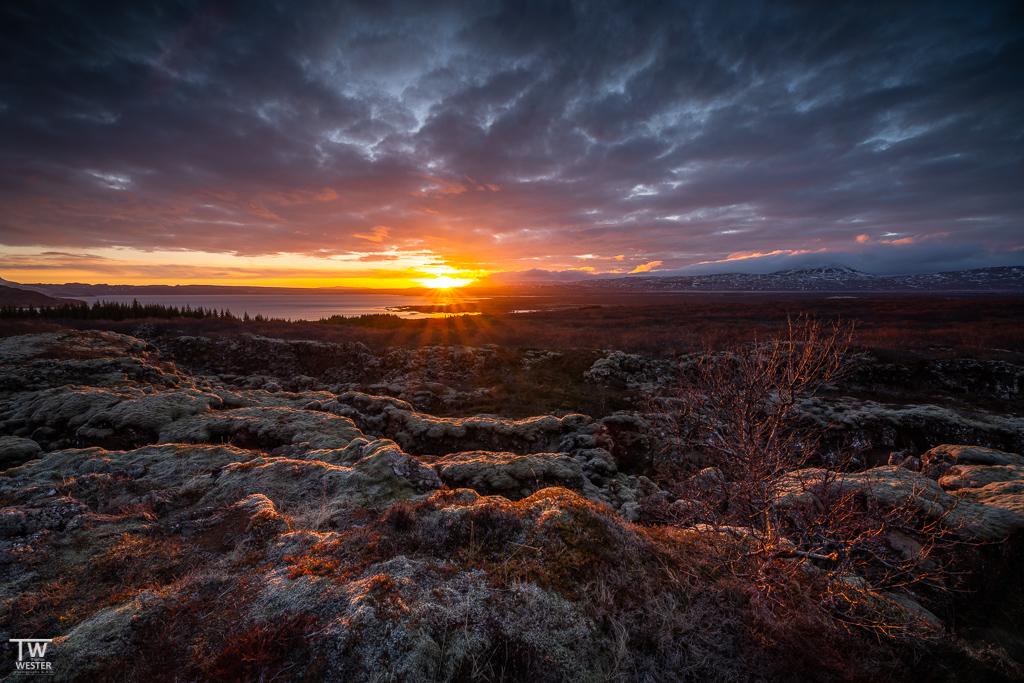 Am vorletzten Abend holte der Himmel zum Abschied nochmal richtig aus, in der Grabenbruchzone des Thingvellir-Nationalparks… (B1616)