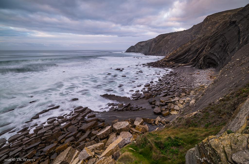 """Die Küste des Baskenlandes ist rau und voller Felsabbrüche. Jeder der """"kleinen Steine"""" vorne links hat eine Länge von 1-3 Metern und wiegt mehrere Tonnen (B872)"""