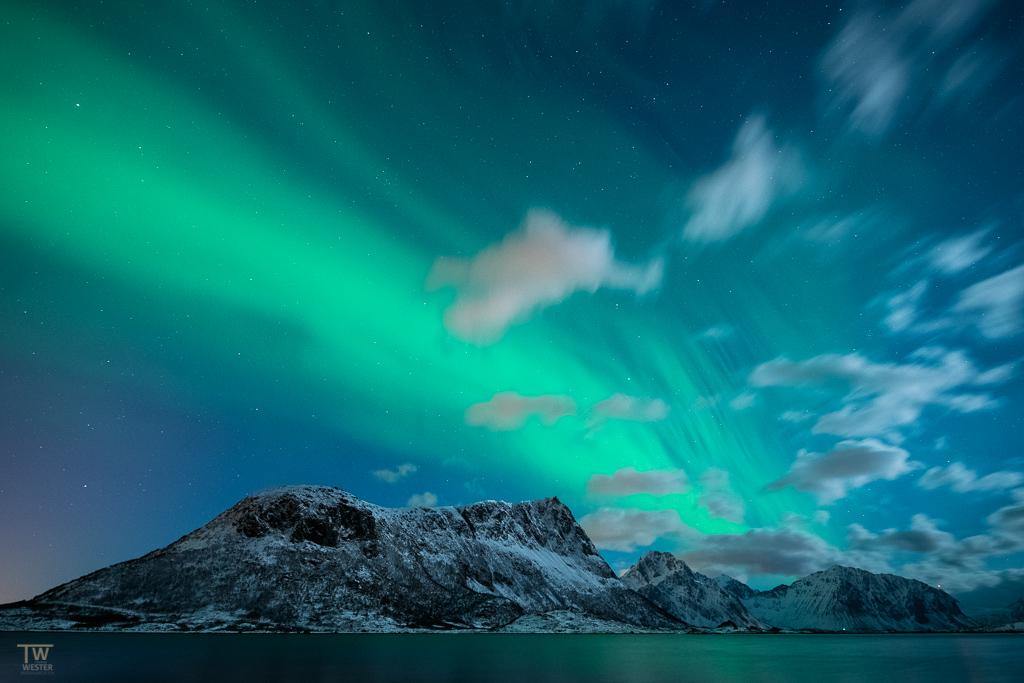 Der Himmel lockerte auf und die Polarlichter zeigten ihre wunderschönen Bewegungen (B1295)