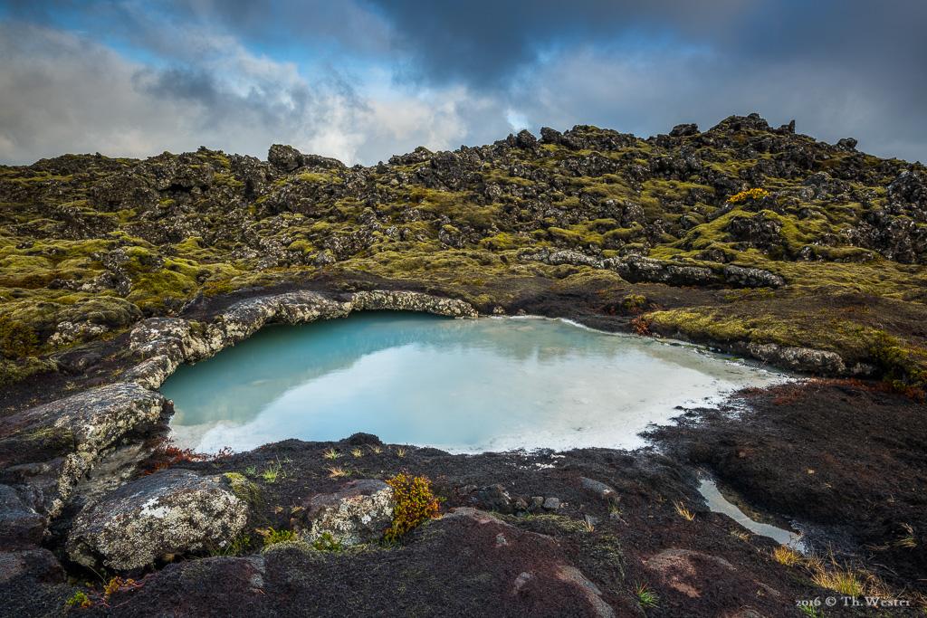 """Das milchig-blaue Wasser im Außengelände der """"blauen Lagune"""" ist vor Ort toll anzusehen (B737)"""