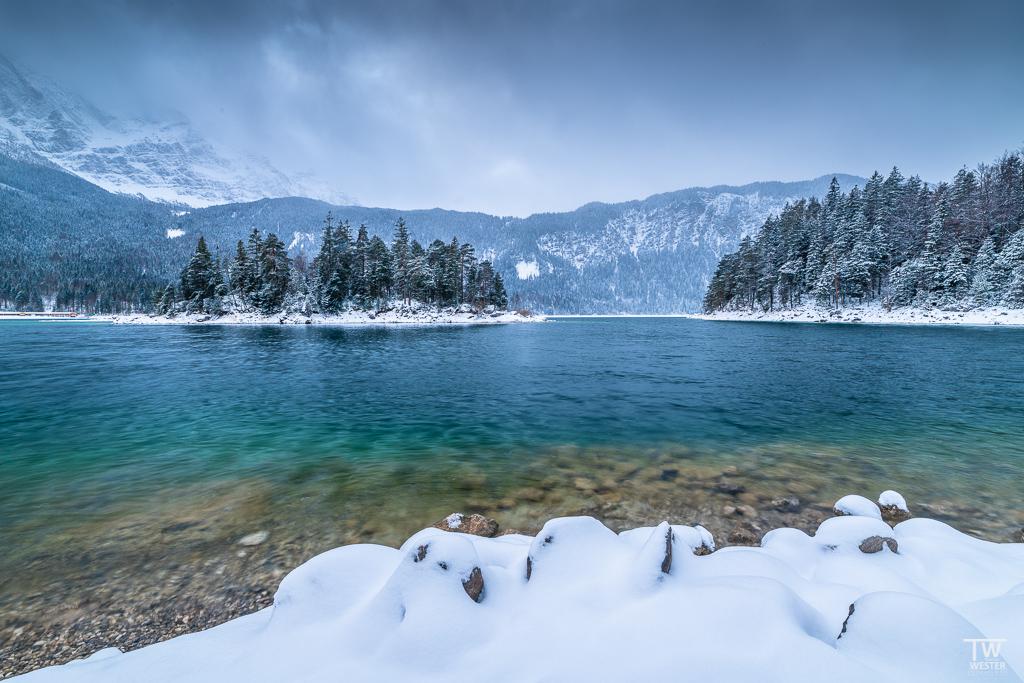 Im Neuschnee am Eibsee, so macht es Spaß (B1568)