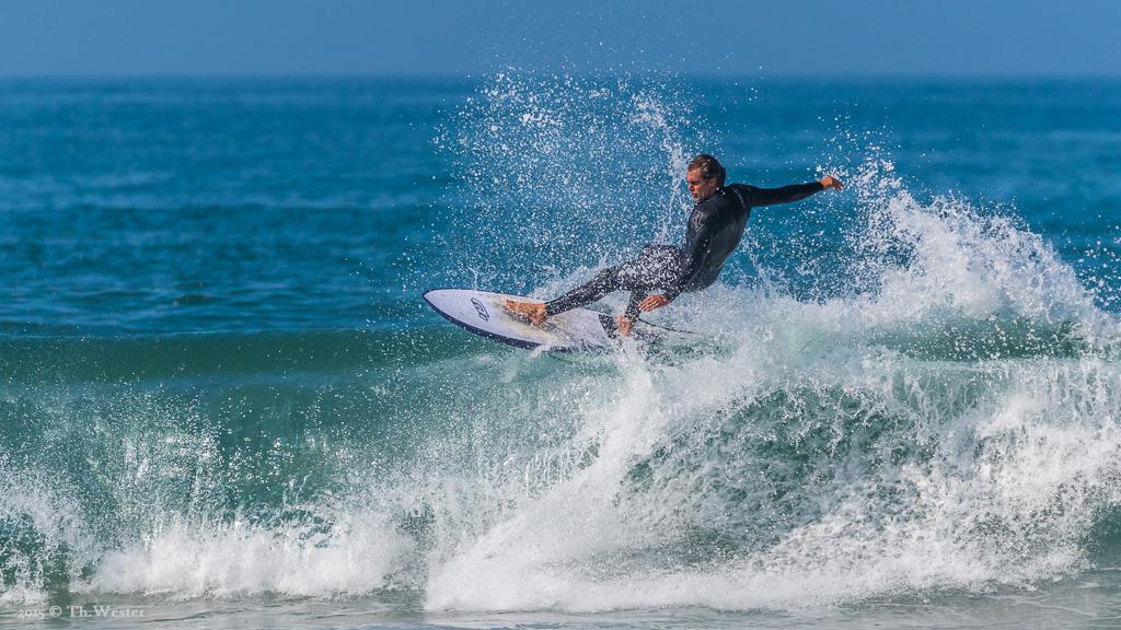 """Für mich liegen an der Algarve eine der schönsten Surfpspots in Europa. An diesem Tag waren die Wellen nicht sehr hoch, trotzdem zeigten die Locals, was """"so geht"""" (B400)"""