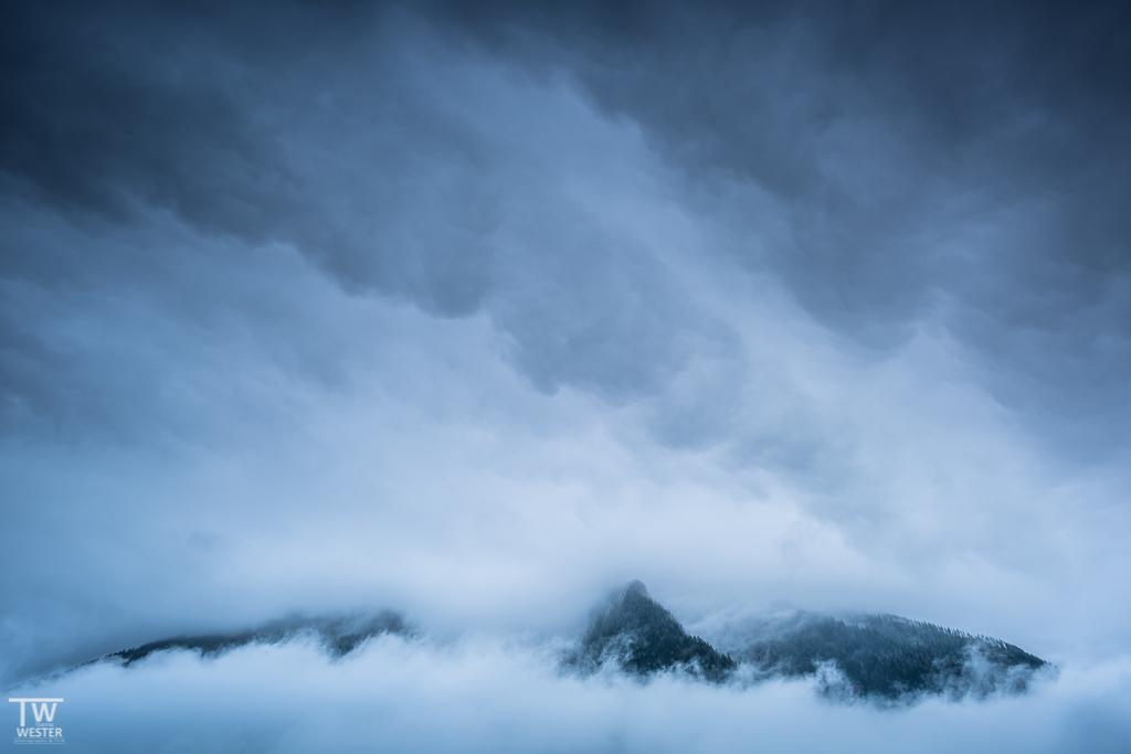 Am ersten Tag hüllte das Berchtesgadener Land die umliegenden Berge in dichte Wolken (B1137)