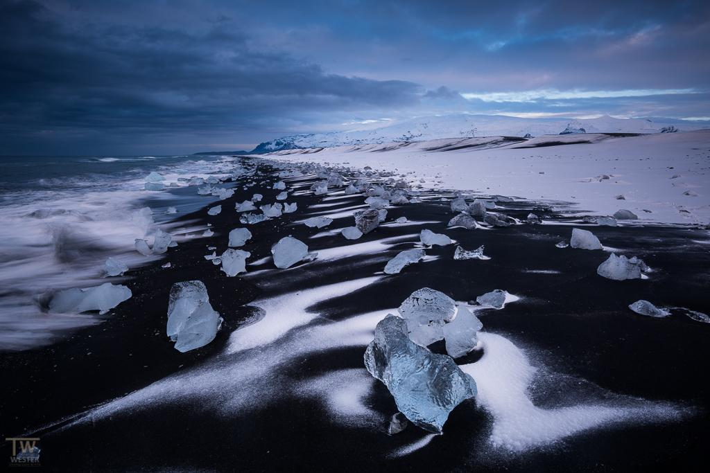 Schnee auf schwarzem Lava-Strand (B930)