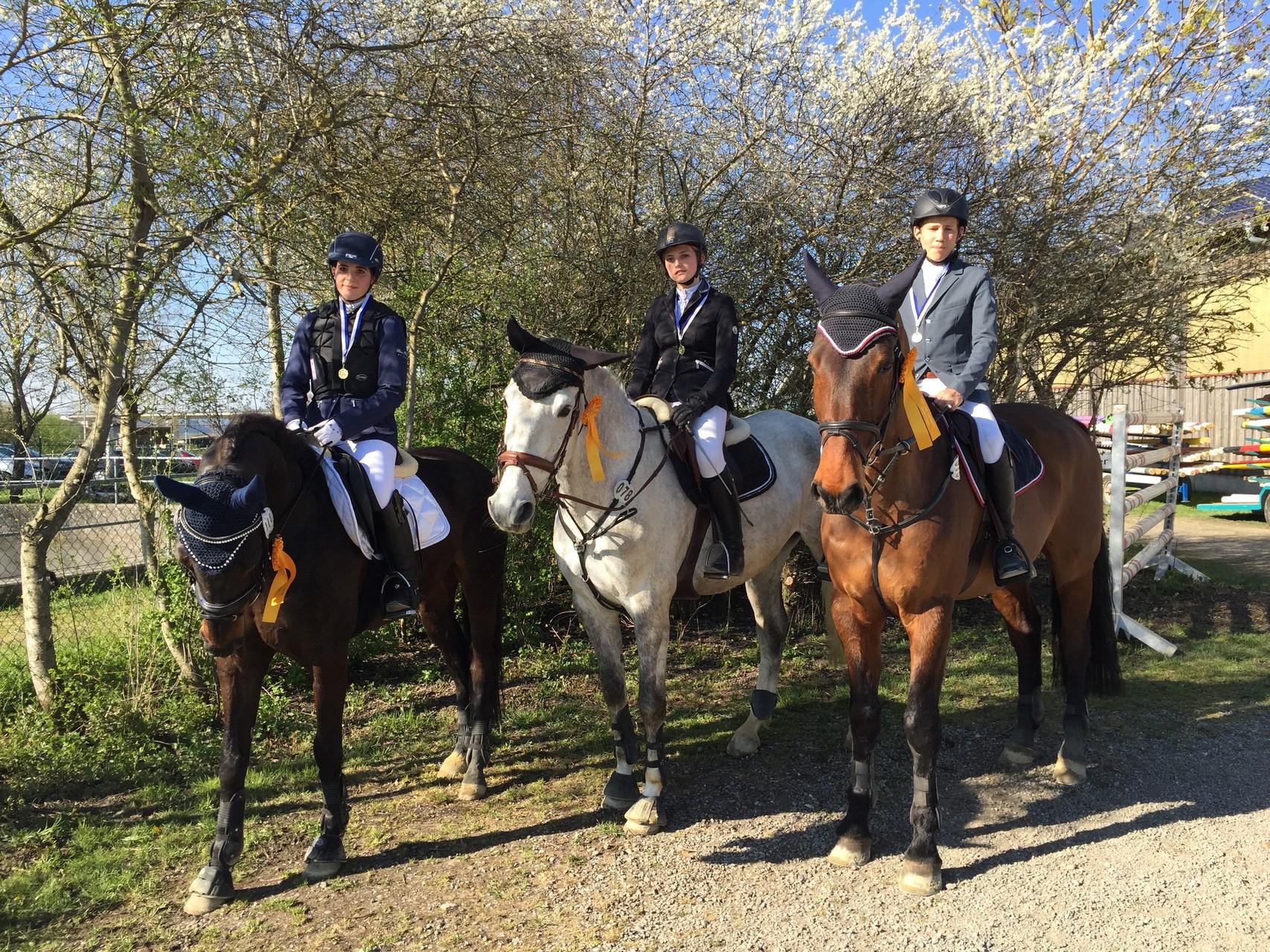 Chiara Frenkel, Janina Oswald und Samuel Birk gewinnen den Mannschafts-Springwettbewerb