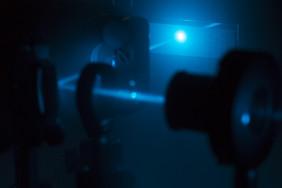 Laserstrahlen in einem Anregungs-Abfrage-Experiment. Foto: Sven Döring/Leibniz-IPHT