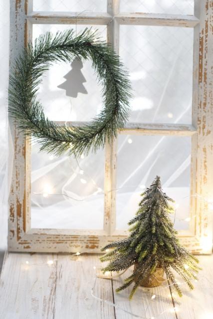 クリスマスリースとクリスマスツリー