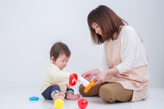保育施設で遊ぶ子どもと保育士さん
