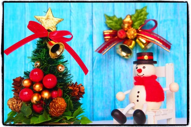 デコレーションされたクリスマスツリーとリースと雪だるま