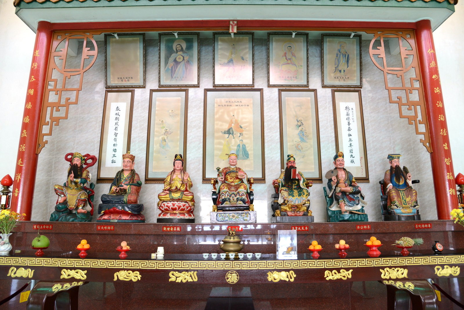 (左起)玄天上帝師尊、宋大峰師尊、觀世音菩薩、王母娘娘、玉皇大天尊、濟公師尊、呂純陽師尊