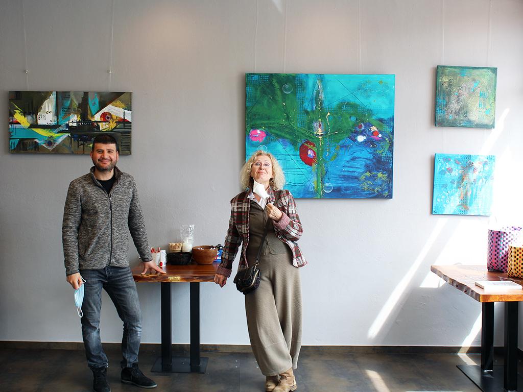 Kunst im Café: Helly Badura stellt abstrakte Malerei im Herzen Findorffs aus.
