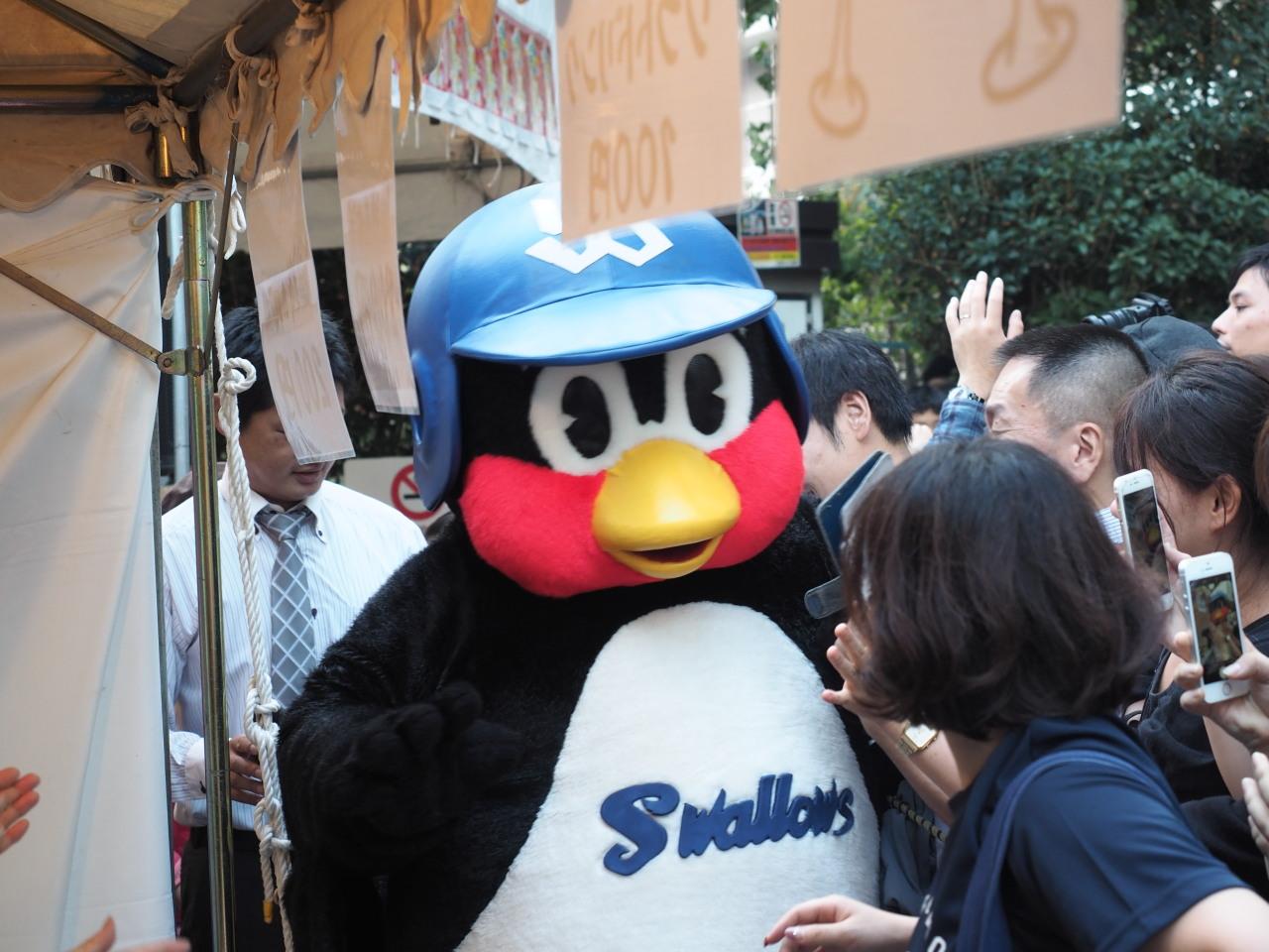 東京ヤクルトスワローズのマスコットキャラクターつば九郎。お客さんが殺到して大人気!