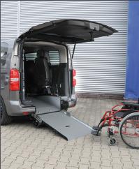 behindertengerechter Opel Zafira Life, Beifahrerumbau, Heckausschnitt, klappbare Rampe, Sodermanns