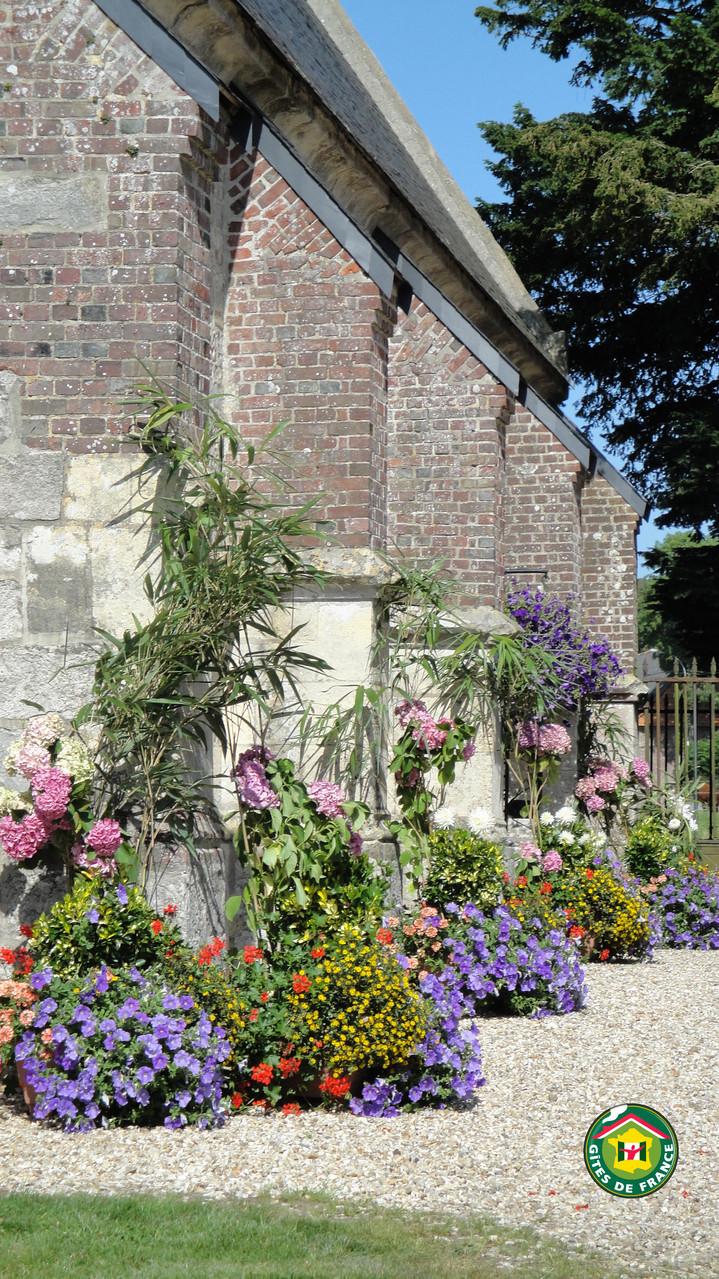 Chapelle de Janville fleurie lors d'une cérémonie religieuse