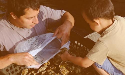Enfant qui prend des huîtres dans une manne