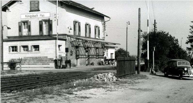 Haus Bahnhof Königsbach Bahnhübergang Bäume