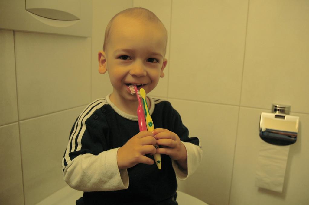 """""""Willst du heute zwei Zahnbürsten, um dir die Zähne zu putzen?"""" Natürlich will er und schmunzelt über diese aussergewöhnliche Idee."""