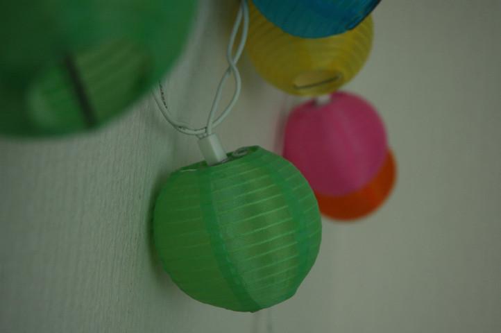 Die runden bunten Lichter zaubern jeden Abend ein warmes Licht ins Kinderzimmer.