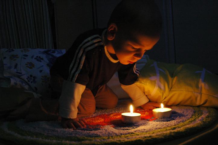 Gemeinsam formulieren wir einen guten Segen für die Nacht und er bläst die Kerzlein aus.