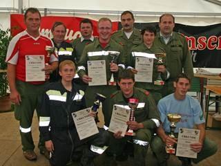Die erfolgreichen Gruppenkommandanten mit Organisatoren und Bewerter.