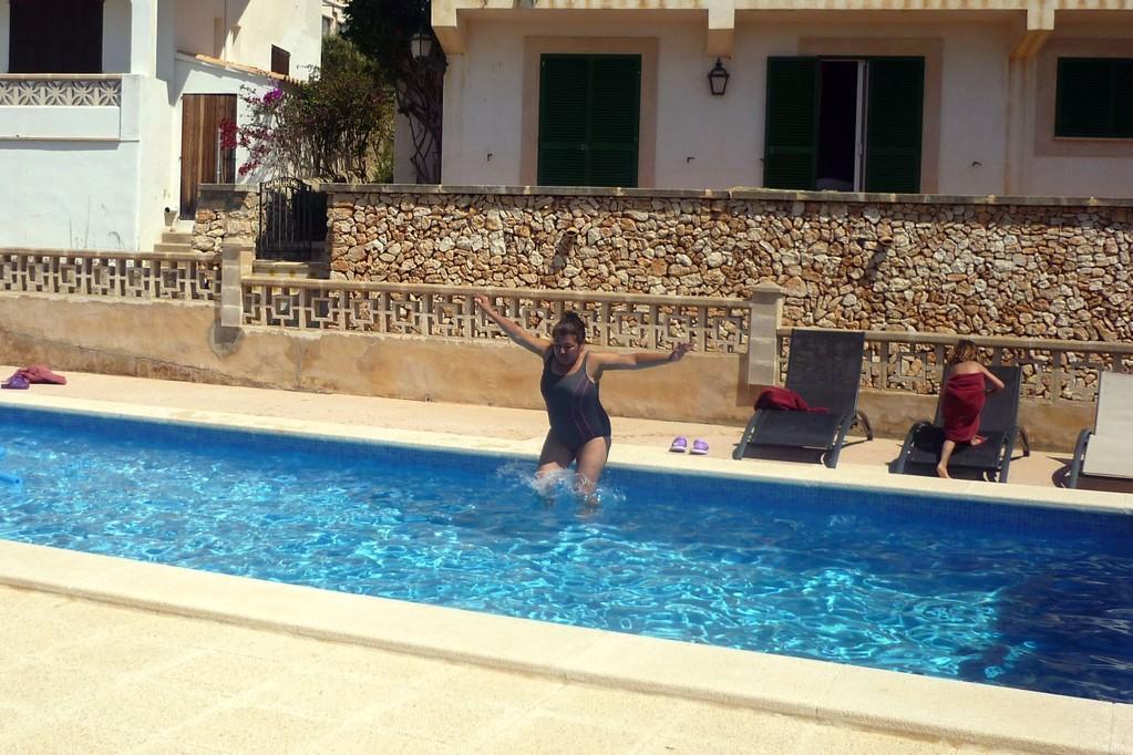 Oma Teresas Pool-Sprung