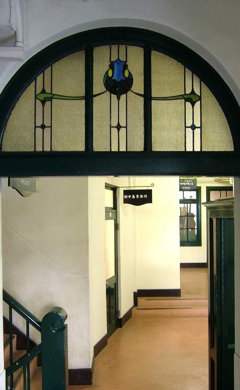 廊下のステンドグラス