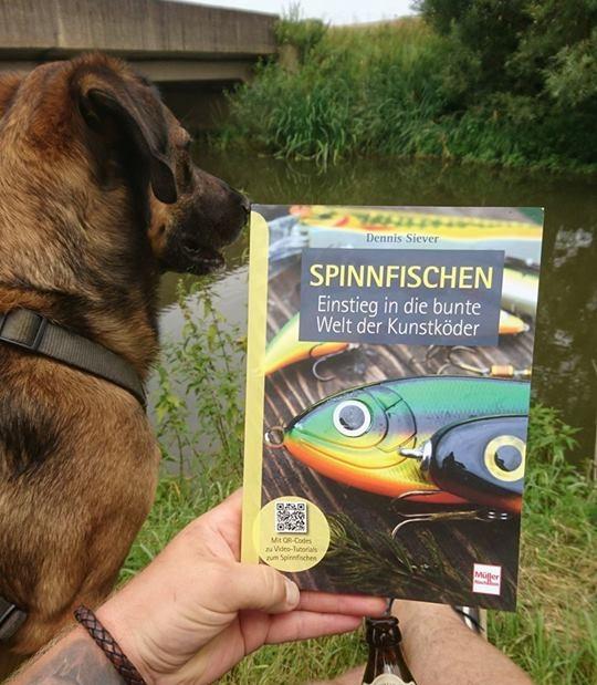 """Autor und Angler Dennis Siever und sein Buch """"Spinnfischen-Einstieg in die Bunte Welt der Kunstköder"""""""