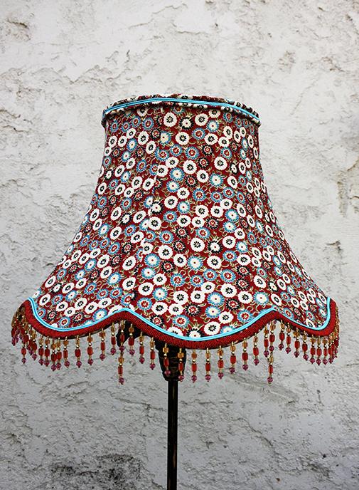 Une pagode en tissu tendu,  avec sa frange de perles