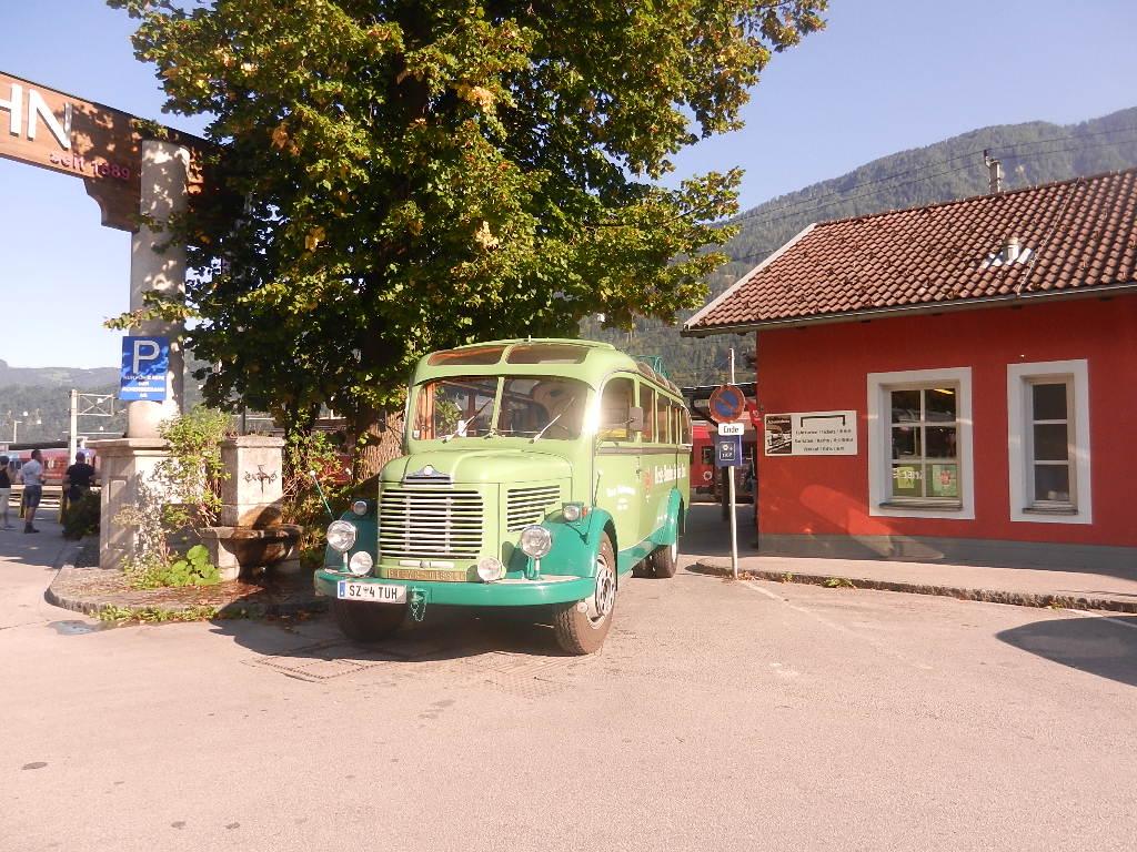 Nostalgie am Bahnof Jenbach - ein alter Bus und....