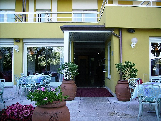 Eingang des Hotels.