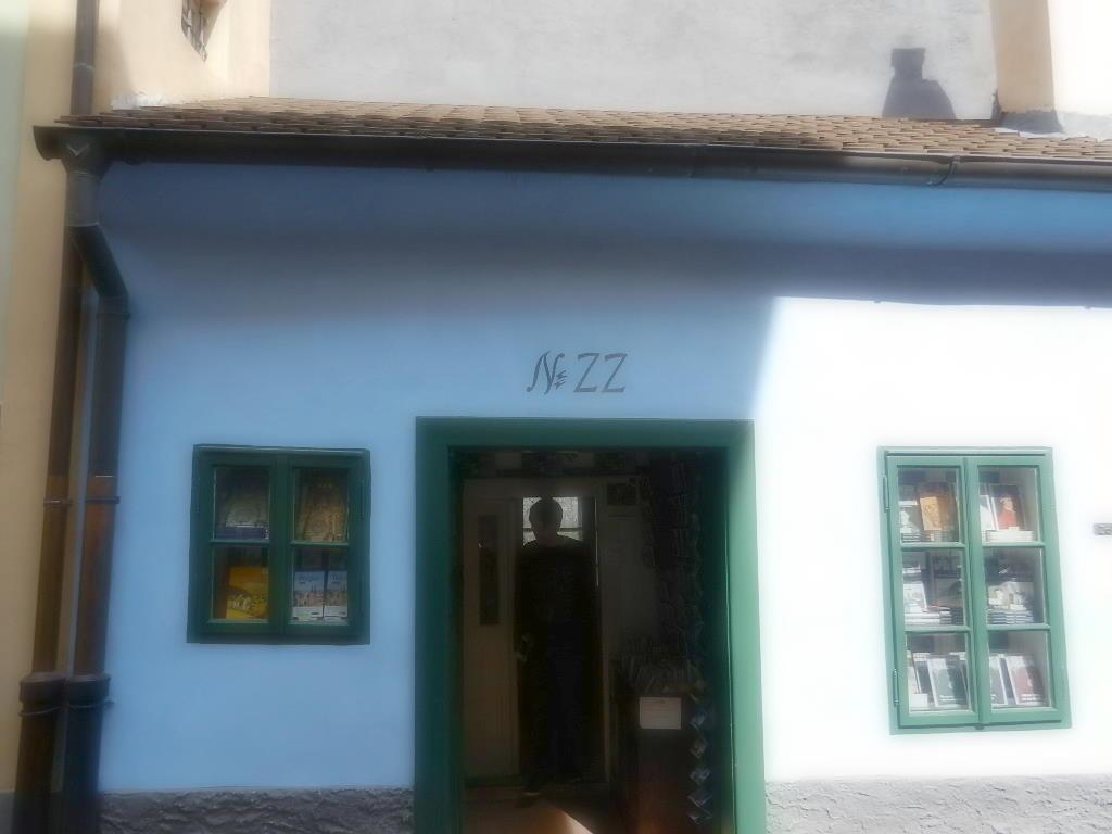in diesem Haus lebte v. 1916 - 1917 auch Franz Kafka. Das Haus gehörte seiner Schwester