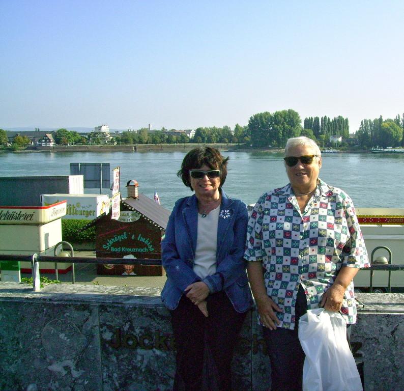 im Hintergrund der Rhein
